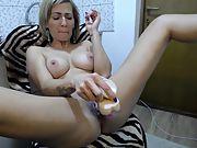 Amateur slut cougar rubbing her cooch for a webcam